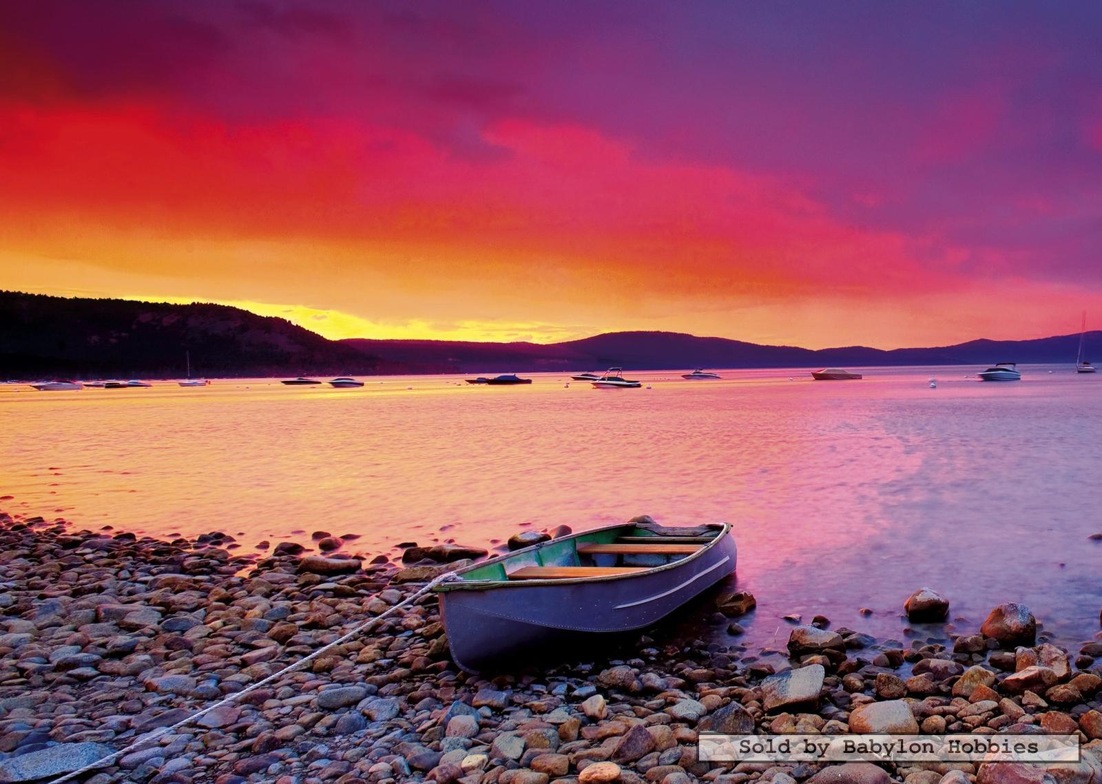 قایقی بر ساحل غروب