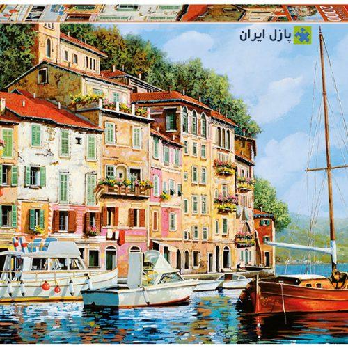 قایقی قرمز در دریا